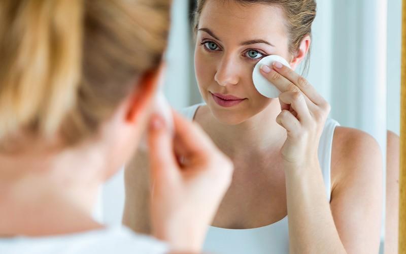 Você remove a maquiagem antes de dormir?